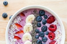 Recipe: Berry Smoothie Bowl with Toasted Coconut.Per Serving: + 1 tablespoon coconut + 3 slices banana + 1 sliced strawberry + 2 tablespoons blueberries + 1 teaspoon Chia seeds) Calories: 280 Meals Under 400 Calories, 300 Calorie Meals, 300 Calories, No Calorie Foods, Low Calorie Recipes, Healthy Cake Recipes, Delicious Breakfast Recipes, Healthy Snacks, Tasty Meals