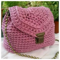Hola Arañitas tejedoras, El trapillo es una excelente opción para elaborar diferentes tipos de accesorios; bolsas, canastas, carteras, etc. Les compartimos algu