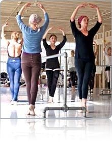 I love this picture - adult ballet class.  It's never to late to learn :)  大人のクラスでの五番。