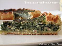 Torta salata con bietole e ricotta preparata con un fondo doppio di pasta brisè, appoggiando i due fogli di pasta uno sull'altro.