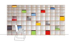 Aktenregal fürs Büro in Weiß mit bunten Elementen
