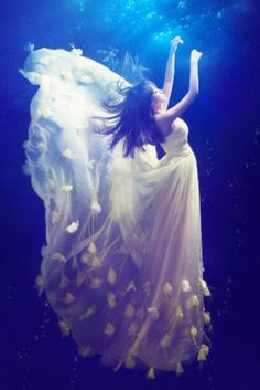 18 Beautiful Women Who Enjoy Underwater Photography Foto Fantasy, Fantasy Kunst, Fantasy Art, Underwater Photos, Underwater World, Underwater Photography, Underwater Animals, Fantasy Photography, Amazing Photography