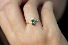 Bague de fiançailles émeraude avec Pave diamants par artemer