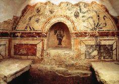 Hungary-Early Christian Necropolis of Pécs Sopianae 2000.jpg 400 yılında Hunlar tarafından tahrip edilmiş sarap kolomisinin metruk mezarlığı