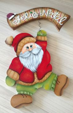Eliane Artesanato: Enfeites de porta Christmas Rock, Grinch Christmas, Christmas Colors, Christmas Time, Christmas Decorations, Christmas Ornaments, Holiday Wood Crafts, Christmas Projects, Santa Paintings