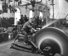 Grinding metal at Crewe railway works, 1913 - Photos - Our collection Metal Working Tools, Old Tools, Antique Tools, Industrial Machinery, Blacksmith Tools, Industrial Photography, Iron Work, Machine Tools, Machine Age