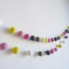 Guirnalda de bolitas de lana rosa amarillo - Guirnalda de bolas infantil - Decoración infantil - Guirnaldas de fieltro decoración fiestas de NicolasitoEs en Etsy