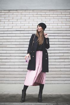 Outfit with a pleated pink skirt