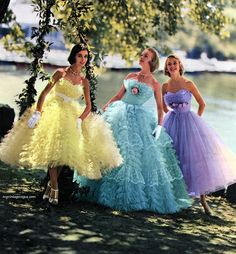 Choose your favorite ! I'm between the blue and the purple 🤷🏻♀️ Vintage Prom, Vintage Glamour, Vintage Gowns, Vintage Outfits, Ball Gowns Prom, Ball Gown Dresses, Tulle Dress, Girls Dresses, Prom Dresses