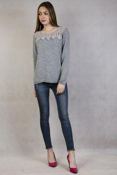 Szary sweterek z ażurowymi zdobieniami