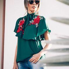 Flores para o verão 🌺 Bordados e aplicações dão vida às produções(apaixonada por esta blusa) românticas da estação. Em João Pessoa, a bela F🌟hits @reuchoam veste blusa gola laço e babados, perfeita para começar a semana com otimismo! 😊❤ #FhitsTeam #FhitsTips #FhitsTrendAlert #SummerTrend