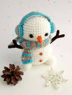 Crochet Dolls Patterns Amigurumi - free crochet snowman pattern - Christmas crochet is an exciting activity, it's a time to create holiday home decor and unique gifts. Mini Amigurumi, Crochet Patterns Amigurumi, Amigurumi Doll, Crochet Dolls, Crochet Snowman, Christmas Crochet Patterns, Holiday Crochet, Crochet Christmas Wreath, Crochet Wreath