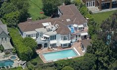 The famous actress Kate Hudson lives in this house which she bought together with her ex husband Chris Robinson in 2003. The mansion which lies in Pacific Palisades includes 7 bedrooms, 5 bathrooms and a big swimming pool! The price tag for this uxorious house was 5.8 million dollar but Kate has also been renovating the house for lots of money! The couple were looking at several houses before they decided for this one and Kate is very found of her house and she kept it for her self after the…