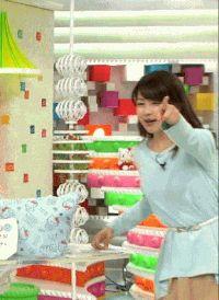 なにかをとろうとしている加藤綾子(女子アナ、カトパン)