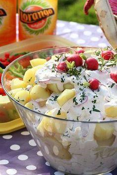 Krämig potatisallad med rädisor, lök och kapris
