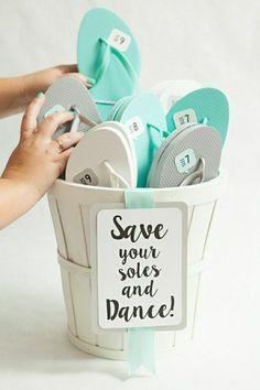 tongs plats en gris blanc et bleu - originale idée au lieu de chaussures de danse