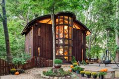 Vicco von Voss, a woodworker, built his house in Maryland with dozens of varieties of wood but no nails.