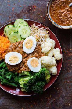 Op zoek naar het ultieme recept voor gado gado inclusief de bijpassende killer sate saus? Kijk niet verder! Je hebt hem gevonden!