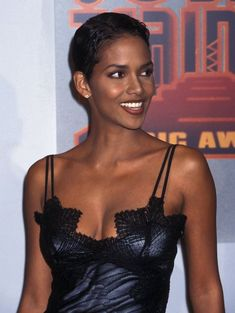 Ninth Annual Soul Train Music Awards - Press Room Halle Berry Style, Halle Berry Hot, Halle Berry Young, Halle Berry Short Hair, Halle Bery, Black Actresses, Actrices Hollywood, Black Girl Aesthetic, Beautiful Black Women