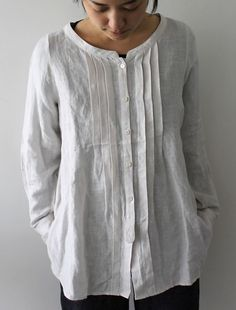 Sewing Blouse Take a Man's old Shirt and remake it into a top for yourself. (I with I had done this to my Dad's old shirts) - Sewing Clothes, Diy Clothes, Umgestaltete Shirts, Shirt Refashion, Clothes Refashion, Diy Shirt, Schneider, Linen Dresses, Dressmaking