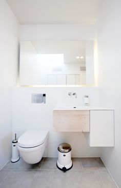great mirror - with backlight. Compact Bathroom, Ensuite Bathrooms, Simple Bathroom, White Bathroom, Tiny Bathrooms, Bathroom Showers, Bathroom Design Small, Bathroom Designs, Bathroom Inspo