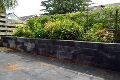 Schitterende, verhoogde border van 15x15x120 cm antraciet zwart stapelblokken.    Gadero Productnr. EX70207-150-150-1200