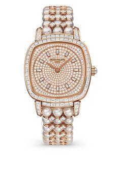"""Alta Joyería para dama. Horas y minutos al centro. Bisel y asas engastadas con 78 diamantes """"baguette"""" (2,33 qts), realce engastado con 108 diamantes (0,33 qte). Corona engastada con un cabuchón perla Akoya. Carátula """"pavé"""" con 251 diamantes (0,73 qte), engastado circular y 12 índices diamantes trapecio (0,14 qte)."""