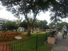 LIMA, PERU. Parque Kennedy, em bairro Miraflores. Por Serge.