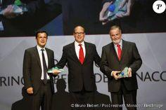 Exclusif - Le prince Albert II de Monaco entre Emmanuel de Merode (Prix de la Biodiversité), qui oeuvre pour la protection et la survie des gorilles de montagne dans la réserve du parc de Virunga au Congo, et Loïc Fauchon (Prix de l'Eau), le président de la Société des Eaux de Marseille (Sem), au cours de la 8e cérémonie de remise des prix de la Fondation Prince Albert II de Monaco, au Grimaldi Forum le 2 octobre 2015.