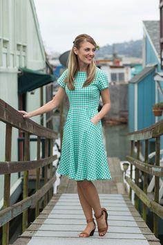 Shabby Apple. Green short sleeve dress. Vintage, retro. High collar neckline. Modest dress. Knee-length.