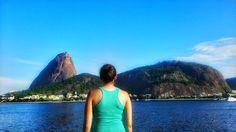 """""""Ela é carioca ela é carioca basta o jeitinho dela andar"""" Segunda boa pra refletir não acham? #ViniciusDeMoraes #AterroDoFlamengo  .  Tá eu não sou carioca. (Sou curitioca). Mas quem não se rende a esse canto do Rio? O Aterro do Flamengo vai do centro até a praia de Botafogo e te convida a praticar exercícios  andar de bike ou pensar na vida como eu aí na foto.  Além disso tudo  ainda há a Marina da Glória com shows e o MAM museu de arte pelo caminho. Eu adoro! . Recomendo: @estamosporaqui…"""