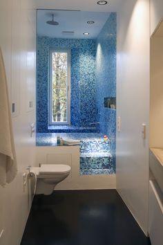 Viel Platz, viel Stauraum und eine türkisblaue Oase mit Dusche und Badepool. In die Decke wurde eine Lüftungsanlage eingebaut, die manuell gesteuert wird.
