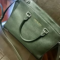 Michael Kors Selma Purse Authentic MK Selma Large Purse. In excellent condition, like brand new. Gently used in very good condition. Comes from smoke free and pet free home. Michael Kors Bags Satchels