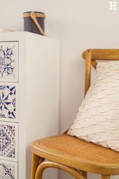 Stuhl Xabi aus Massivholz und Sitzfläche aus Rattan passt durch den natürlichen Look perfekt zum maritimen Wohnstil. #meinhöffi Rattan, Accent Chairs, Furniture, Home Decor, Pillows & Throws, Blue And White, Chair, Dresser, Bedroom