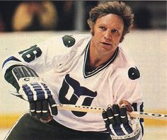 Two Hull's have birthdays today but only one played hockey. Topps The great Bobby Hull is celebrating his birthday . Blackhawks Hockey, Hockey Goalie, Chicago Blackhawks, Hockey Shot, Bobby Hull, Hartford Whalers, Nhl Highlights, Stars Hockey, Famous Sports