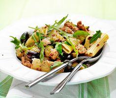 Får vi lov att bjuda på ett fantastiskt gott, enkelt och snabblagat recept med härlig smak av medelhavet? Krämig salsiccia med basilika svänger du ihop på under 30 minuter och tack vare syran från vinet känns denna pastarätt både fräsch och lyxig!