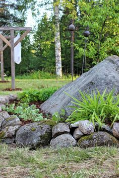 Pyykkiteline ja ensimmäinen. Landscaping With Boulders, Garden Landscaping, Garden Art, Garden Design, Mountain Landscape, Flower Beds, Go Outside, Natural Stones, Cottage