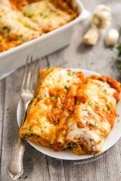 This Cannelloni recipe has all the things you want in Italian comfort food. The homemade red sauce pairs perfectly with the cheesy stuffed pasta shells. Crepe Recipes, Pasta Recipes, Beef Recipes, Vegetarian Recipes, Dinner Recipes, Cooking Recipes, Healthy Recipes, Vegetarian Italian, Beef Cannelloni Recipes