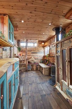 This Old Horse Trailer Was Converted into a Cozy and Rustic Tiny House Dieser alte Pferdeanhänger wu Bus Living, Tiny House Living, Living Room, Tiny House Cabin, Tiny House Plans, Tiny House On Wheels, Tiny Cabin Plans, Casas Trailer, Bus House