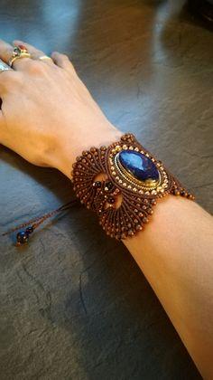 Bracelet manchette en macramé et pierres fines. Lapis lazuli. #saelcreation page fb Micro macramé sael