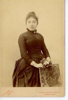 Gabrielle Rejane, attrice francese della Belle Epoque, rivale di Sarah Bernhardt... dopo una carriera di successi a fine carriera gestì anche un teatro ribattezzato Theatre Rejane... qui giovane e ad inizio carriera in una foto formato carte cabinet dello studio Nadar di Parigi, risalente al 1883 circa... dalla mia collezione personale di foto d'epoca...