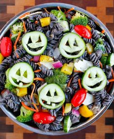 Healthy Halloween Pasta Salad is a fun and festive Halloween recipe for pasta salad made with colored pasta and jack-o-lantern cucumbers. Healthy Halloween Pasta Salad - A healthy Halloween party recipe that's SO easy to make! Looks Halloween, Halloween Treats For Kids, Halloween Appetizers, Halloween Food For Party, Appetizers For Party, Halloween Couples, Halloween Office, Halloween Halloween, Halloween Decorations