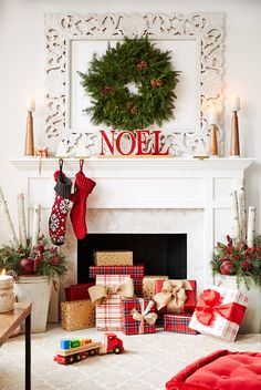 45 DIY Christmas Apartment Decor Ideas that tells you how Creativity Can Perform Magic in Small Spaces - Ethinify Classy Christmas, Christmas Decorations For The Home, Cozy Christmas, Modern Christmas, All Things Christmas, Christmas Holidays, Holiday Decorating, Winter Decorations, Magical Christmas