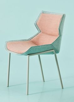 Clarissa Hood is ontworpen door Patricia Urquiola voor het merk Moroso. Het is zo ontworpen dat het lijkt of de stoel de zitter helemaal inpakt. Het is gemaakt van metaal en polyester. De collectie is te krijgen in allerlei uitvoeringen en kleuren. Afmetingen: Prijs: