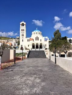 Emporio is one of the traditional settlements in Santorini and is worth visiting to admire the medieval architecture of the village and the castle itself.
