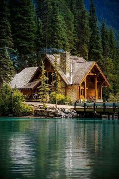 Gorgeous Tips to create your dream log cabin home in the woods or next to a lake. A peaceful environment to escape from our fast pace life. Lake Cabins, Cabins And Cottages, Cabin In The Woods, Cabin On The Lake, House By The Lake, Cabins In The Mountains, Small Log Cabin, Cozy Cabin, Beautiful Homes