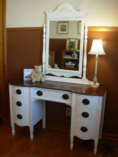 hmmm.... I could repaint my old antique vanity...... this is cute.