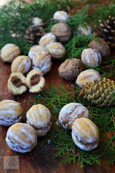 Nuci umplute cu crema - CAIETUL CU RETETE Romanian Food, Romanian Recipes, Cookies, Sprouts, Garlic, Stuffed Mushrooms, Cooking Recipes, Yummy Food, Vegetables