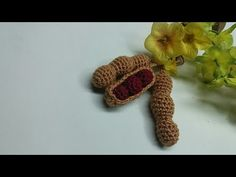 Amendoim em Crochê! - YouTube Crochet Geek, Form Crochet, Learn To Crochet, Crochet Patterns, Crochet Fruit, Crochet Food, Crochet Flowers, Bunny Drawing, Recycled Books