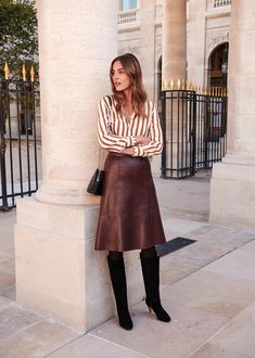 Like this look, but prefer not a leather skirt - Fashion Presse Work Fashion, Fashion Models, Fashion Outfits, Fashion Casual, Fashion Basics, Fashion Top, Skirt Fashion, Fashion Boots, Fashion Clothes